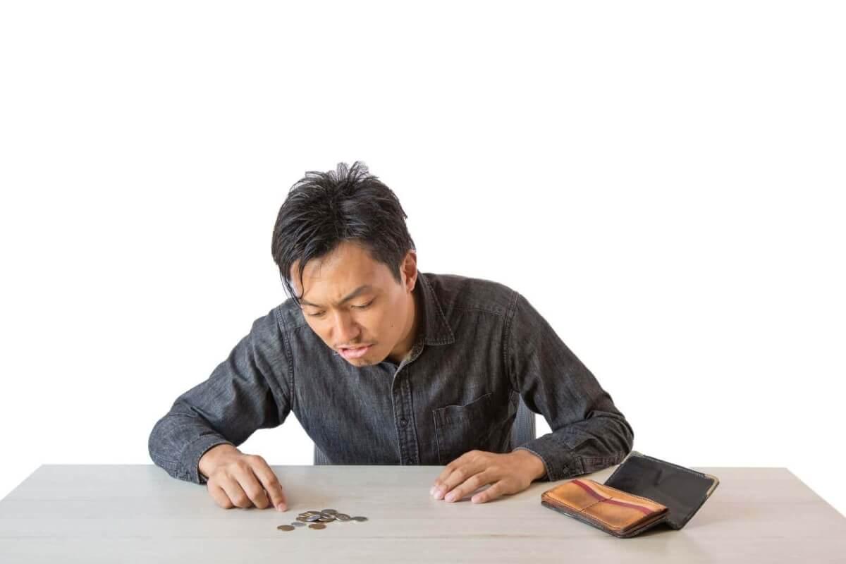 財布の中を確認する男性